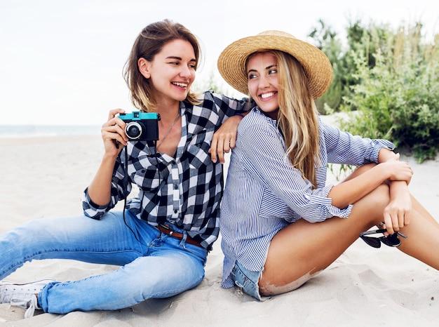Dwie szczęśliwe koleżanki, zabawy na plaży