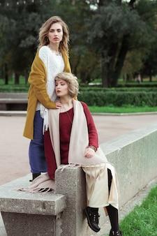 Dwie szczęśliwe ładne młode kobiety, strzelanie z mody