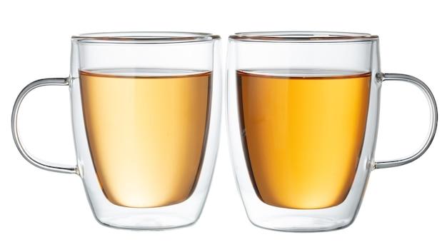Dwie szklane filiżanki herbaty na białym tle