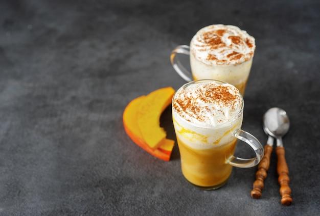 Dwie szklane filiżanki z cappuccino z dyni przyprawowej
