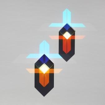 Dwie szklane kostki pryzmatyczne załamują światło i tworzą geometryczny wzór