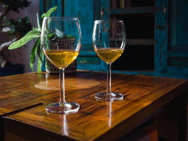 Dwie szklanki białego wina stojącego na stole