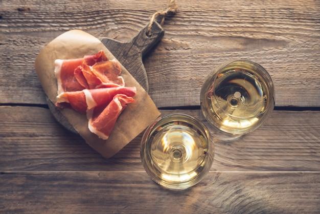 Dwie szklanki białego wina
