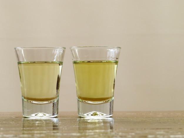 Dwie szklanki cachaca z miejscem na tekst