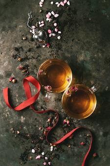 Dwie szklanki gorącej herbaty