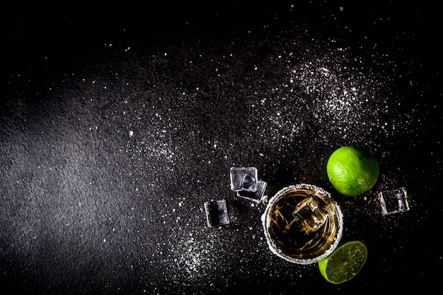 Dwie szklanki kieliszków tequili