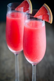 Dwie szklanki koktajlu mimosa