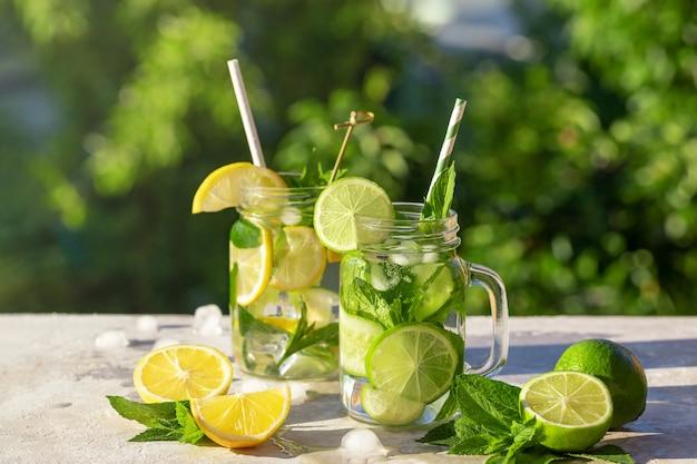 Dwie szklanki lemoniady z cytryną, ogórkiem i miętą