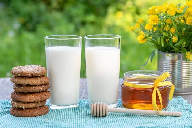 Dwie szklanki mleka, miodu i ciastek