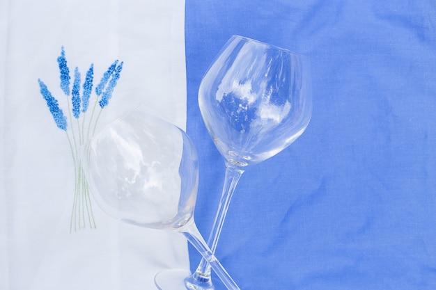 Dwie szklanki na obrusie z haftem