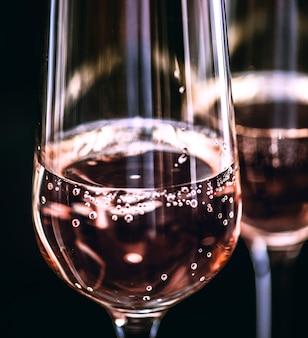 Dwie szklanki różowego wina musującego
