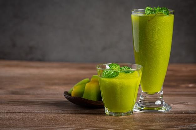 Dwie szklanki soku z melona na drewnianej podłodze