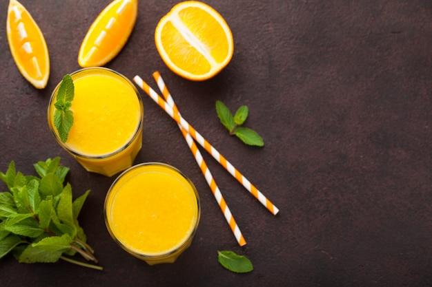 Dwie szklanki świeżo wyciśniętego soku pomarańczowego.