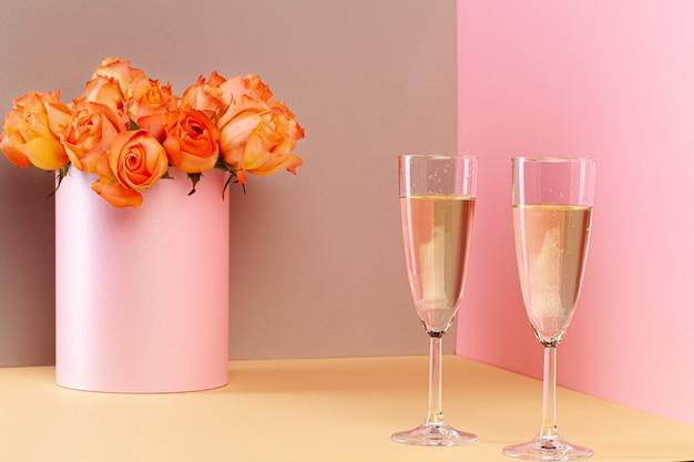 Dwie szklanki szampana i bukiet róż