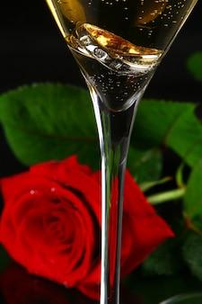Dwie szklanki szampana i róży