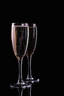 Dwie szklanki szampana z białego wina