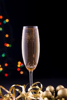 Dwie szklanki szampana z oświetleniem
