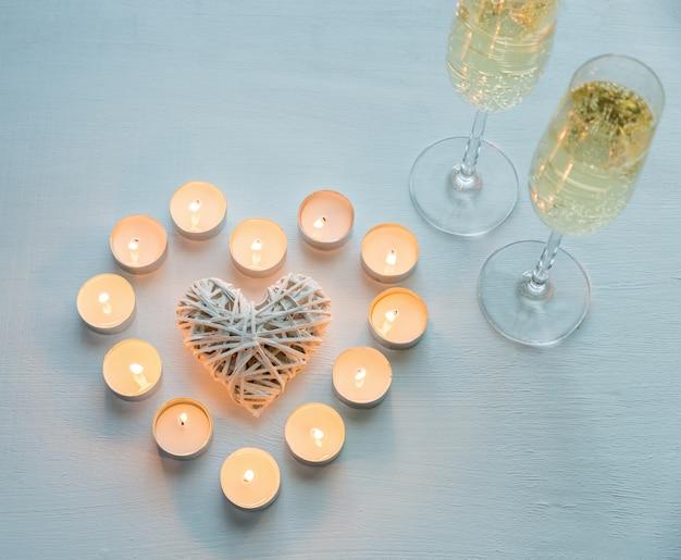 Dwie szklanki szampana ze świecami