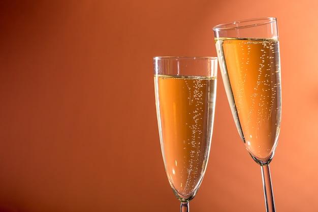 Dwie szklanki wina musującego