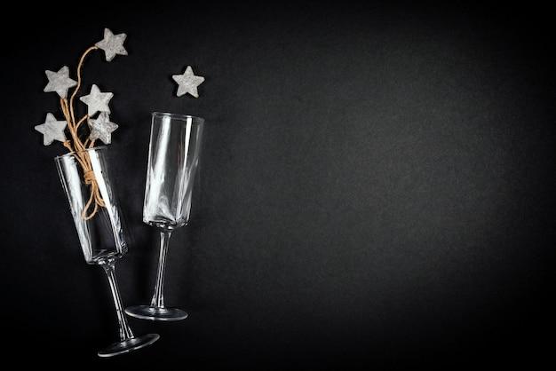 Dwie szklanki z drewnianą dekoracją ze smoły z koncepcją celebracji płaskiej liny