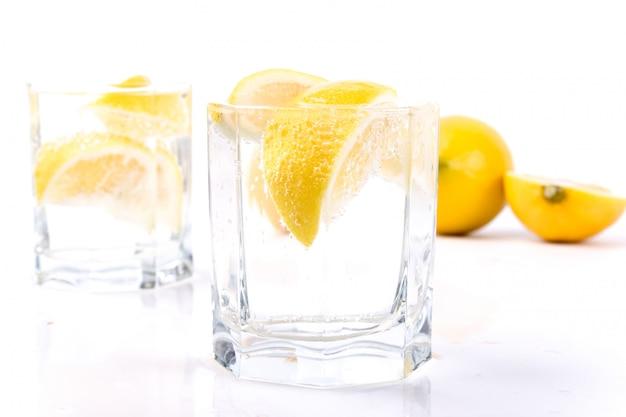 Dwie szklanki z wodą sodową i plasterkami cytryny