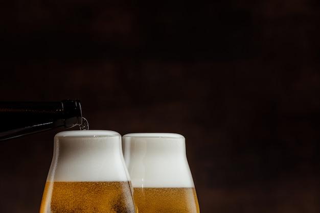 Dwie szklanki zimnego złotego piwa