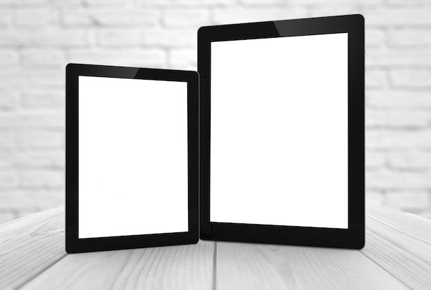 Dwie tabletki o różnych rozmiarach i pustym ekranie