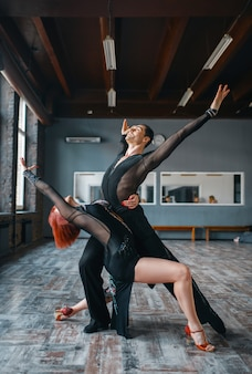 Dwie tancerki elegancji, trening tańca ballrom