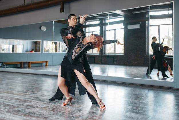 Dwie tancerki elegancji w kostiumach na zajęciach z tańca ballrom.