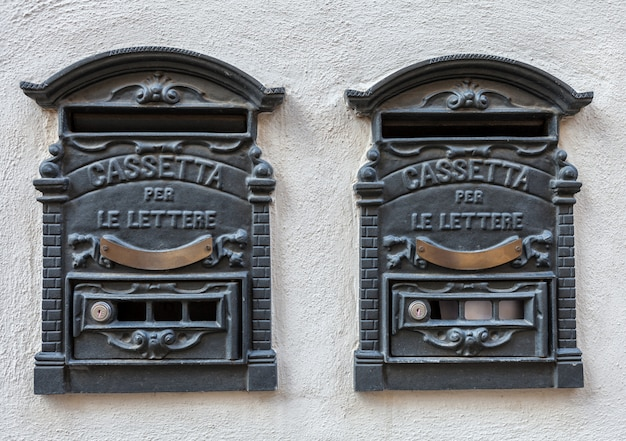 Dwie tradycyjne włoskie żelazne skrzynki pocztowe retro na listy