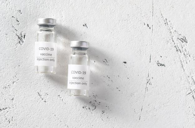 Dwie tubki szczepionki przeciwko koronawirusowi covid-19