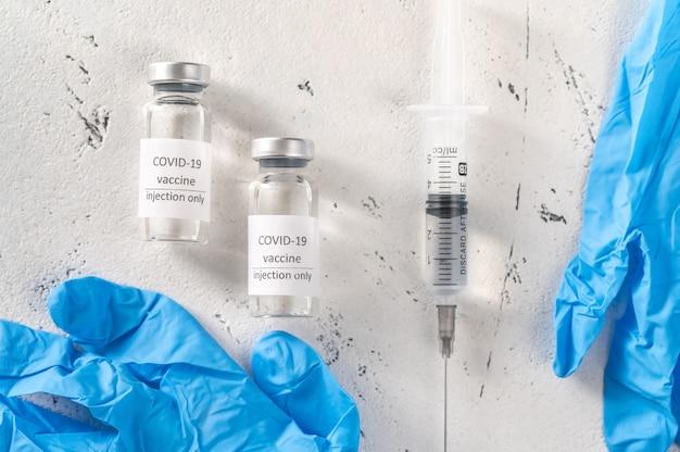 Dwie tubki szczepionki przeciwko koronawirusowi covid