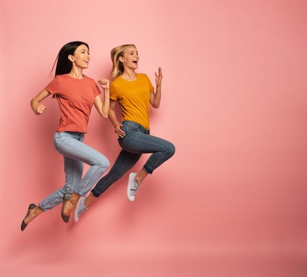 Dwie urocze dziewczyny biegają szybko. pojęcie energii i witalności