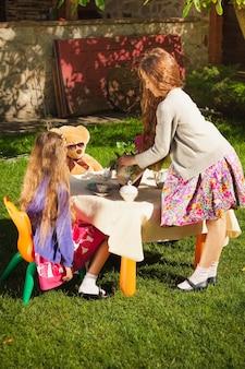 Dwie urocze dziewczyny na podwórku na herbatę