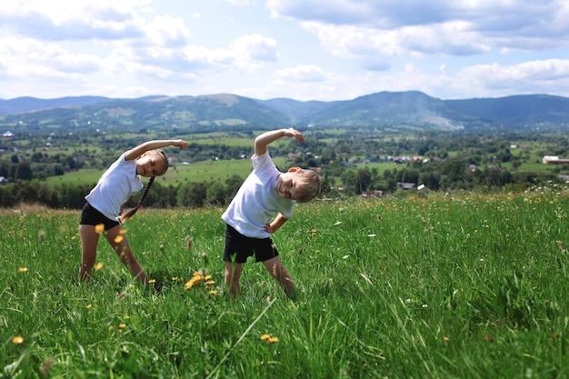 Dwie urocze rodzeństwo wykonujące poranne ćwiczenia
