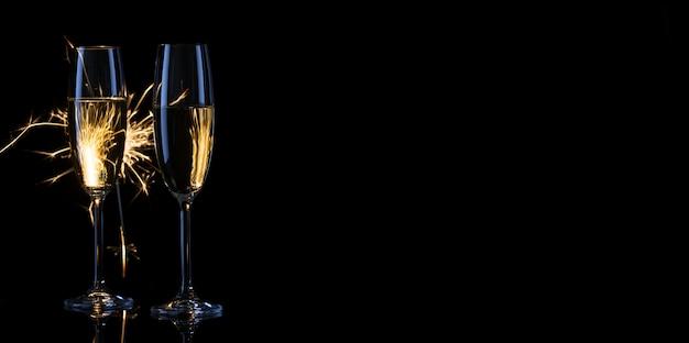 Dwie wąskie kieliszki szampana