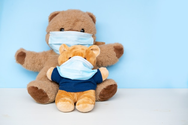 Dwie wypchane zabawki miś noszące ochronną medyczną maskę na twarz s