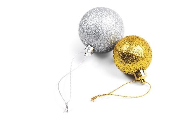 Dwie zabawki świąteczne na białym tle