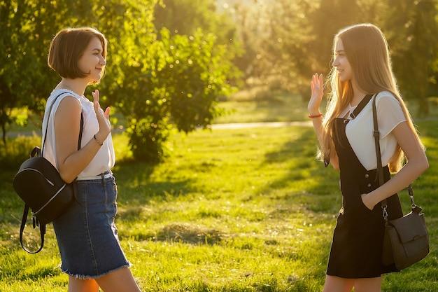 Dwie zabawne dziewczyny poznały się w parku