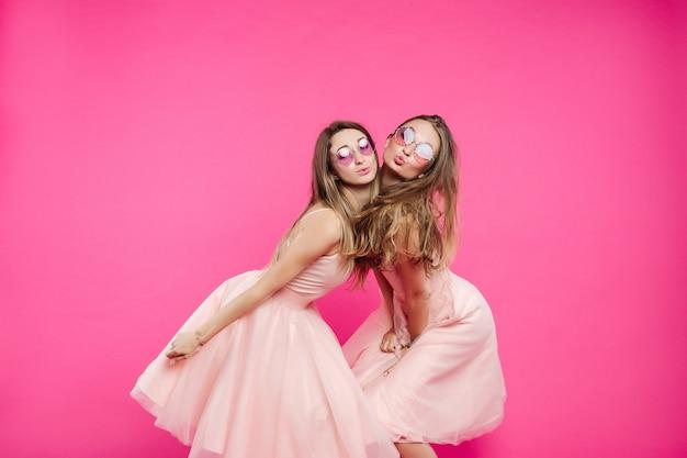 Dwie zabawne i słodkie dziewczyny, takie jak książęta wysyłające pocałunki przed kamerą.