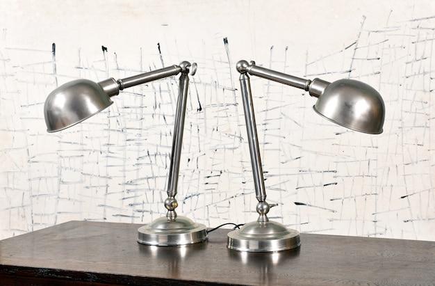 Dwie zabytkowe lampy z kloszami w kształcie kopuły