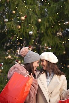 Dwie zakochane kobiety w czasie świąt bożego narodzenia