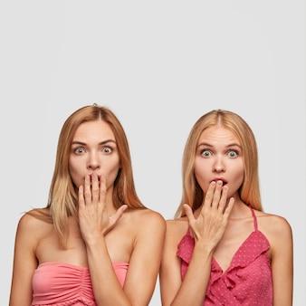 Dwie zaskoczone kobiety były świadkami szokującej i przerażającej zbrodni, zakrywając usta rękami, by nie krzyczeć, przestraszona