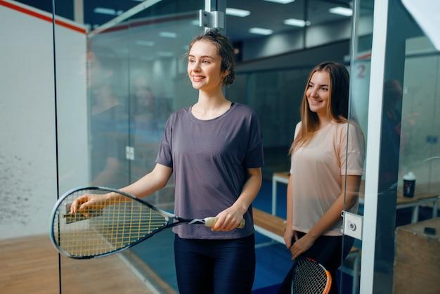 Dwie zawodniczki w squasha pozuje w szatni