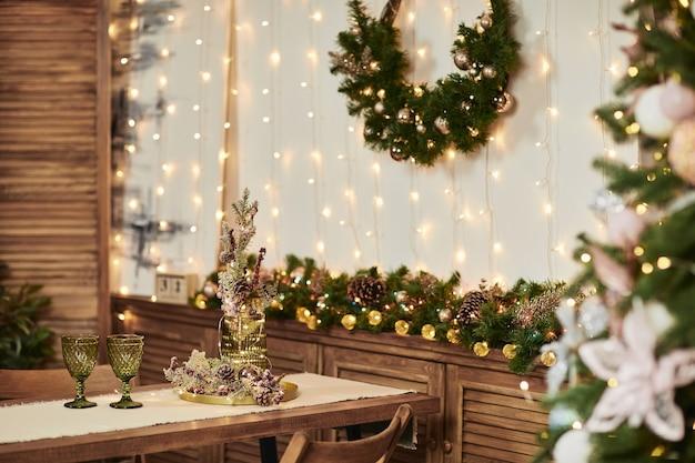 Dwie zielone szklanki na drewnianym stole. ozdoby świąteczne