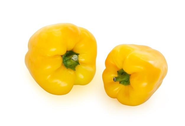 Dwie żółte papryki na białym tle