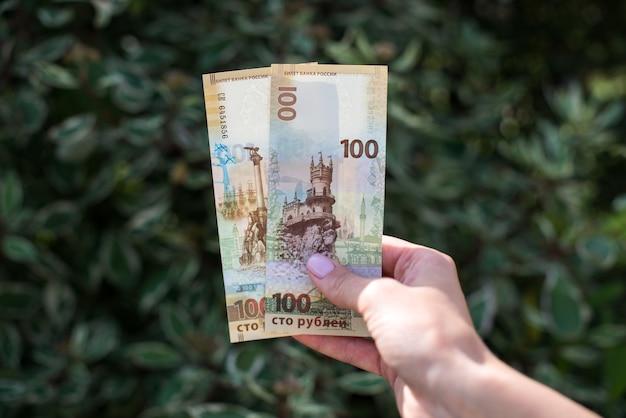 Dwieście rubli rosyjskich w kobiecej dłoni
