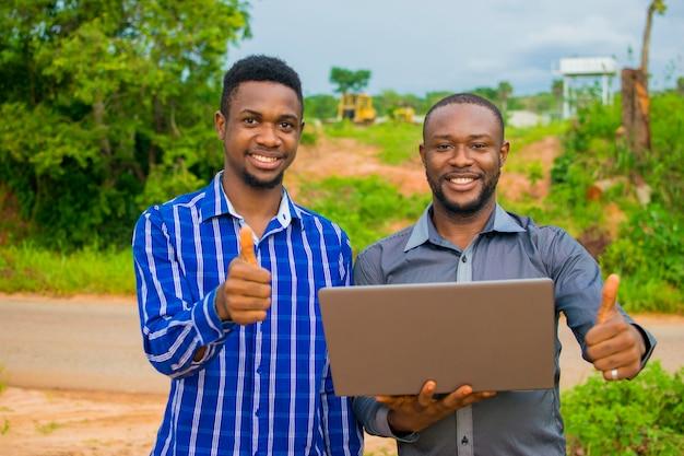 Dwóch afrykańskich biznesmenów było zaskoczonych tym, co zobaczyli na swoim laptopie