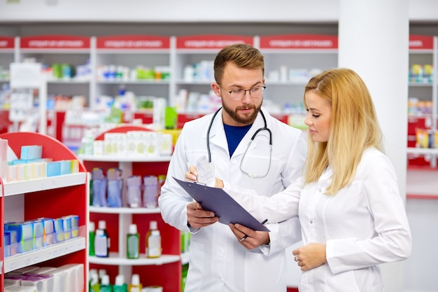 Dwóch aptekarz mężczyzna i kobieta rozmawiają