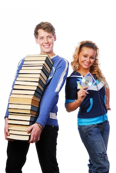 Dwóch atrakcyjnych i inteligentnych studentów na białym tle